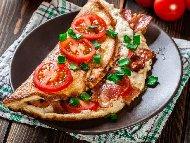 Омлет с прясно мляко, домати и бекон